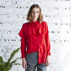Sukienki i bluzki z falbanami - jak i z czym nosić