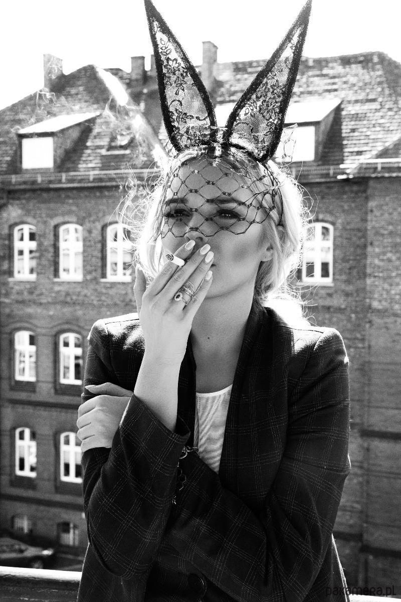 strój na halloween kobieta jako króliczek