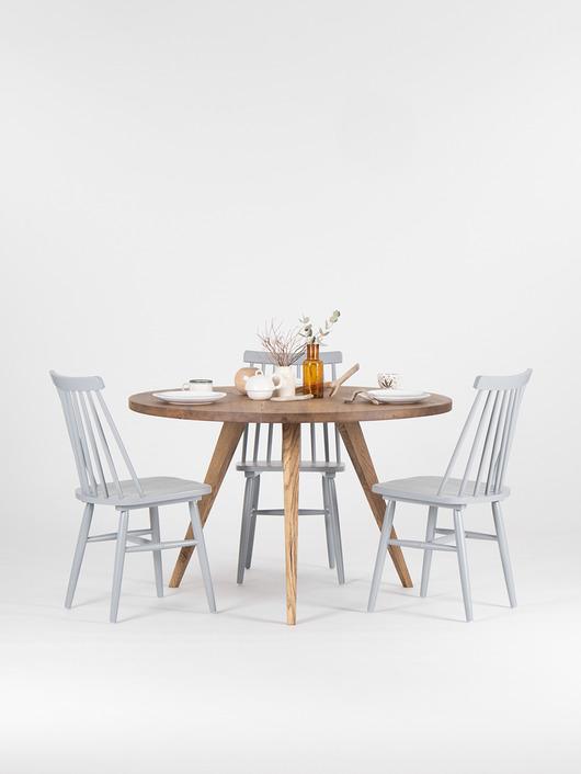 Rustykalny stół wykonany z drewna dębowego