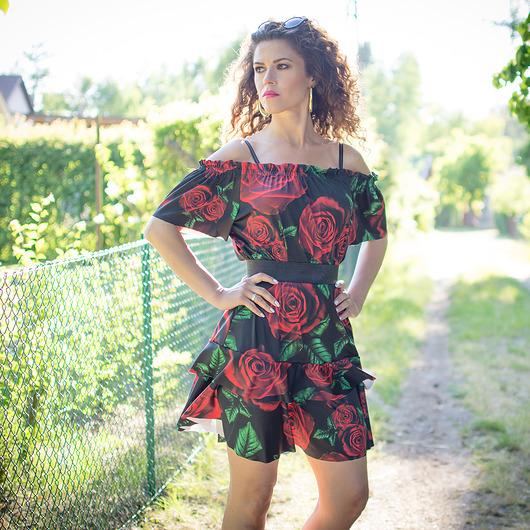 Sukienka w kwiaty z hiszpańskim dekoltem